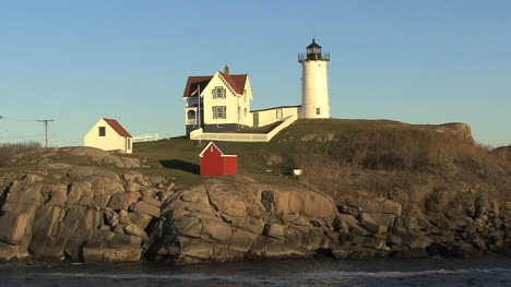 Maine-Nubble-Lighthouse-and-red-oil-house-hx