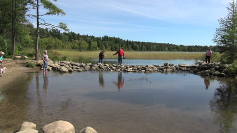 Minnesota-tourists-at-Lake-Itasca-Mississippi-headwaters