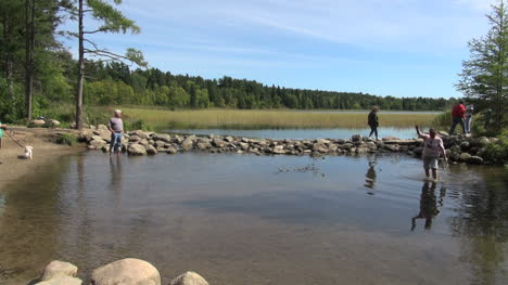 Minnesota-Lake-Itasca-Mississippi-River-headwaters-with-tourists