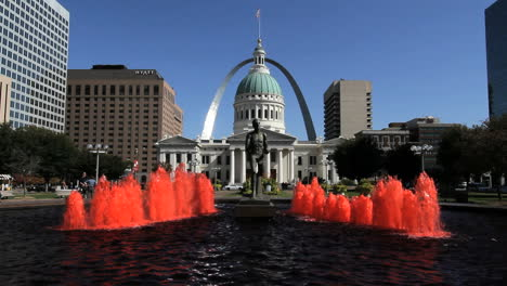 Missouri-St-Louis-fountain-&-courthouse-arch-c