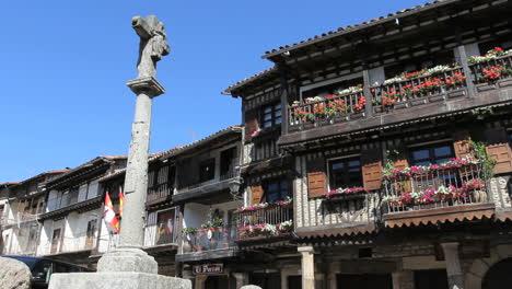 España-La-Alberca-Cruz-En-Plaza-Con-Casas