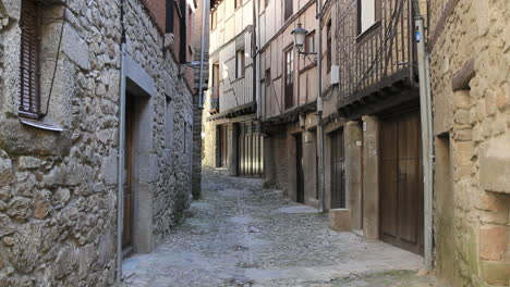 Spain-La-Alberca-narrow-street-2