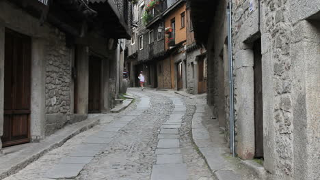 Spain-La-Alberca-street-with-tourists