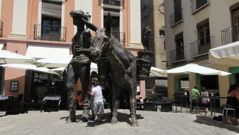 Spain-Granada-statue-with-girls