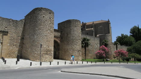 Spain-Andalucia-Ronda-couple-at-city-gate