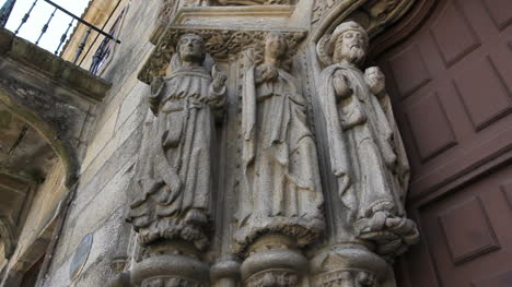 Santiago-Schnitzerei-Von-Heiligen-Auf-Der-Kirche