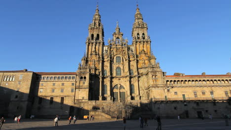 Vista-De-La-Catedral-De-Santiago-Con-Plaza-En-Buena-Luz