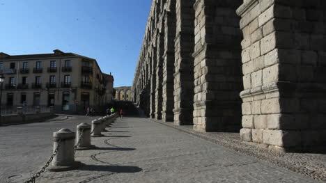 Segovia-aqueduct-joggers