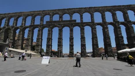 Los-Hombres-De-Segovia-Se-Encuentran-Por-Acueducto