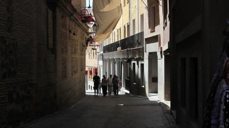 Spain-Toledo-couple-in-street
