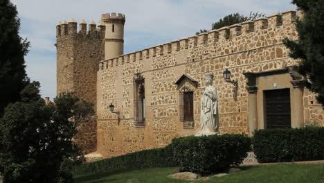 Toledo-statue-of-Isabella-2