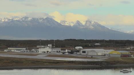 Argentina-Aeropuerto-De-Ushuaia-Y-Picos-Montañosos