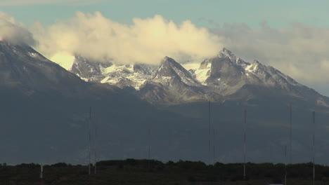 Argentina-Ushuaia-cloud-between-mountain-peaks
