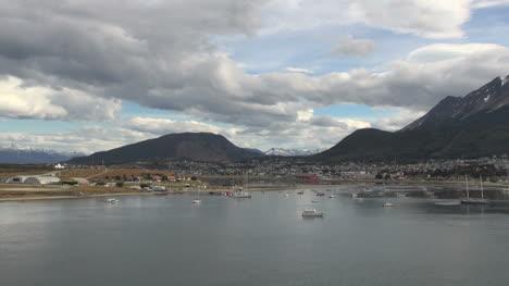 Argentina-Ushuaia-Pasando-Lentamente-Por-El-Puerto