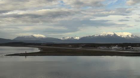 Argentina-Ushuaia-Tranquilas-Calas-Air-Strip-Montañas-Zoom