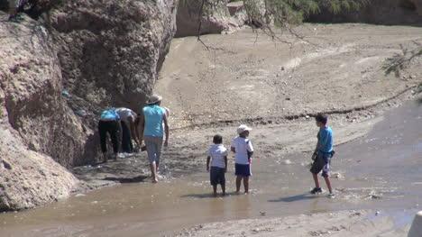 Chile-Atacama-Toconao-Vadeando-En-Arroyo-Cerca-De-La-Roca