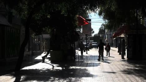 Chile-Calama-Hombre-Al-Teléfono-En-El-Centro-Comercial-Sombreado-2