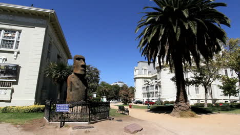 Chile-Vina-del-Mar-Easter-Island-statue-and-palmtree