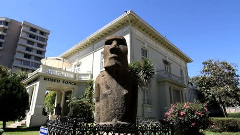 Chile-Vina-del-Mar-Easter-Island-statue-scowls