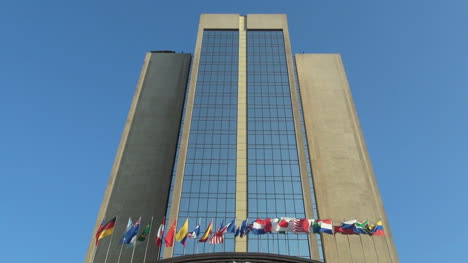Banderas-De-Santiago-Y-Edificio-Alto