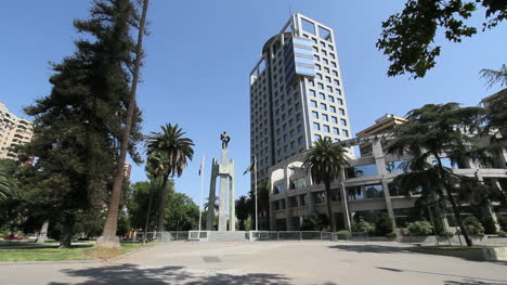 Estatua-De-Santiago-Y-Edificio