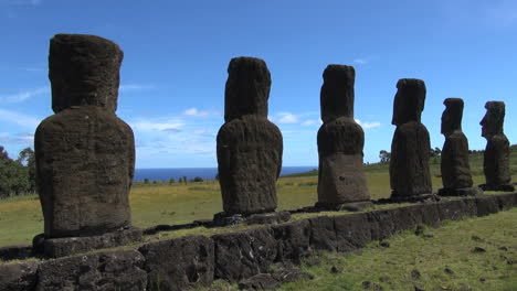 Easter-Island-Ahu-Akivi-backs-and-ocean-between-3a