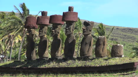 Easter-Island-Anakena-Ahu-Nau-Nau-four-red-hats-15