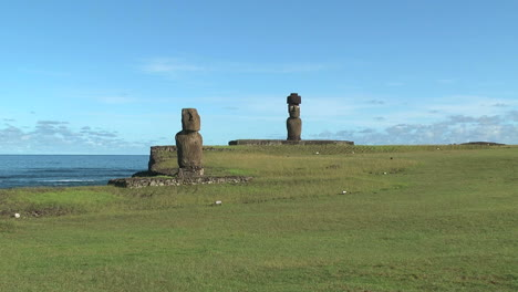 Easter-Island-Tahai-Complex-lawn-and-two-moai-zoom-9a