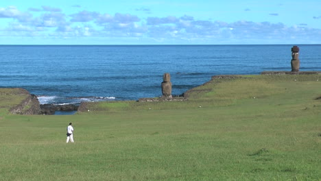 Easter-Island-Tahai-Complex-zoom-to-Tahai-eroded-moai-near-blue-sea-12a