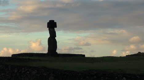 Rapa-Nui-statue-at-Tahai
