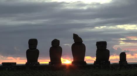 Rapa-Nui-Tahai-sunset-with-statues