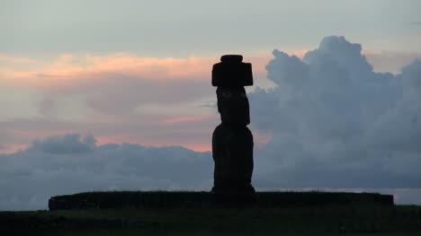Rapa-Nui-statue-at-sunset