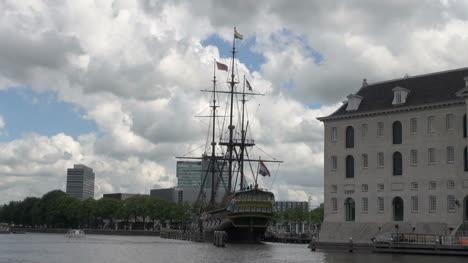 Canal-De-Amsterdam-Con-Vistas-Al-Puerto