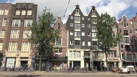 Países-Bajos-Amsterdam-Edificios-Con-Frontones-Sobre-Bicicletas-En-La-Calle-1