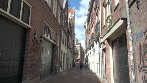 Países-Bajos-Amsterdam-Hombre-Patea-La-Pelota-En-El-Callejón-1
