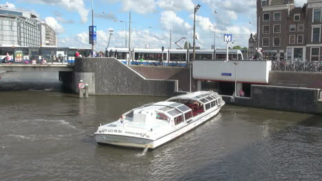 Netherlands-Amsterdam-canal-boat-rotating-turn