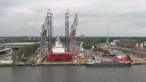 Amsterdam-Navegando-Pasado-Complejo-Industrial