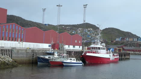 Groenlandia-Qaqortoq-Puerto-Con-Barco