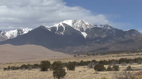 Colorado-Great-Sand-Dunes-mountain-peak