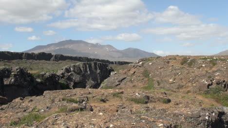 Islandia-Pingvellir-Rift-Con-Montañas-Más-Allá