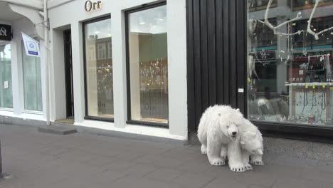 Iceland-Reykjavik-street-&-bears-2
