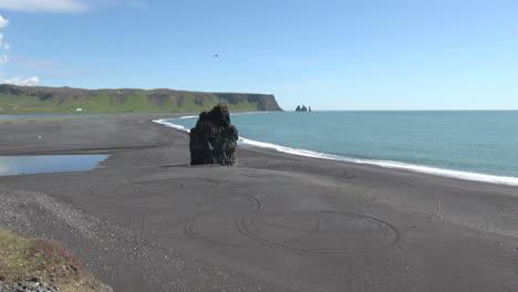 Iceland-Dyrholaey-beach-&-sea-stack