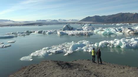 Iceland-Jokulsarlon-ice-floes-couple-5