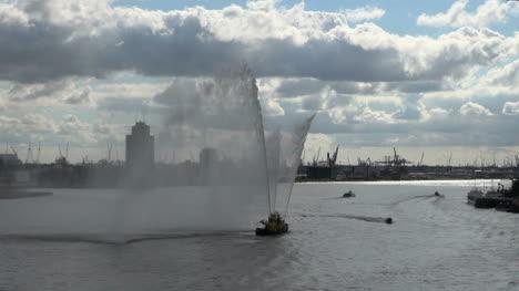 Holanda-Rotterdam-Tres-Grifos-Arrojar-Niebla-Desde-El-Barco-De-Agua-2