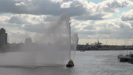 Países-Bajos-Rotterdam-Géiser-Y-Niebla-De-Fireboat-En-Maas