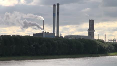 Holanda-Refinería-De-Rotterdam-Dos-Corrientes-De-Humo-Y-Dos-Pilas-4a