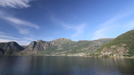 Noruega-Cielo-Azul-Sobre-Una-Aldea-Por-Aurlandsfjord-C