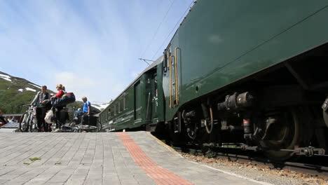 Norway-Flam-train-passangers-with-bikes-c