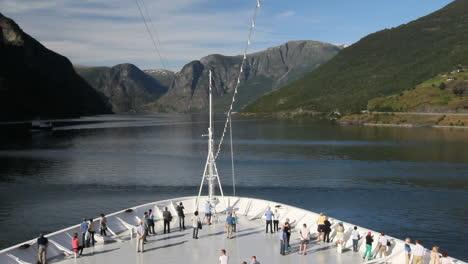 Noruega-Turistas-En-Un-Barco-En-Aurlandsfjord-C