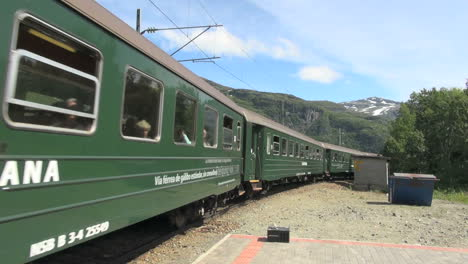 Norway-Flam-train-comes-s
